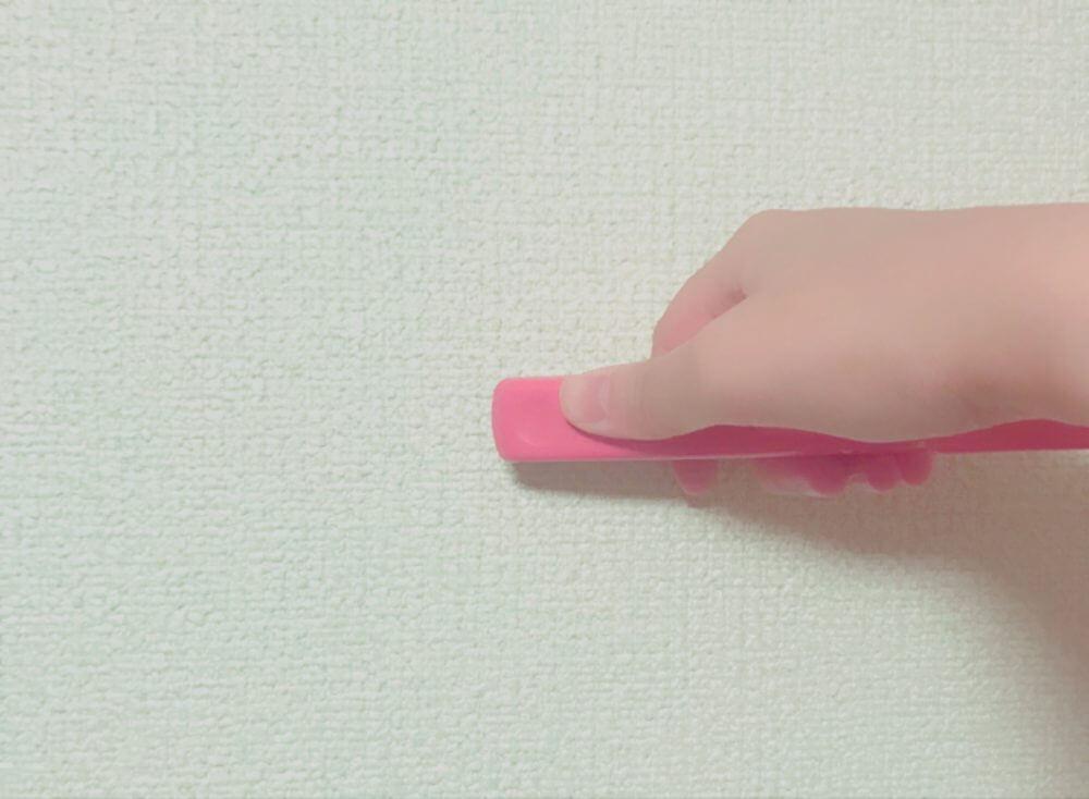 ホッチキスを壁に押し当てる時は180度に開いたまま、壁に押し当てる