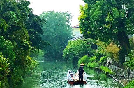 雨の日は雨合羽をきて乗船できる